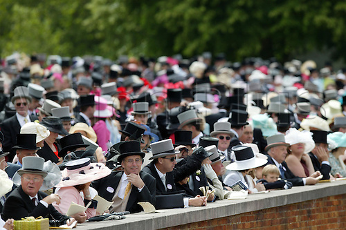 18 June 2004: Crowds in the Royal Enclosure at Royal Ascot. Photo: Steve Bardens/Action Plus...040618 horse racing racegoers crowd