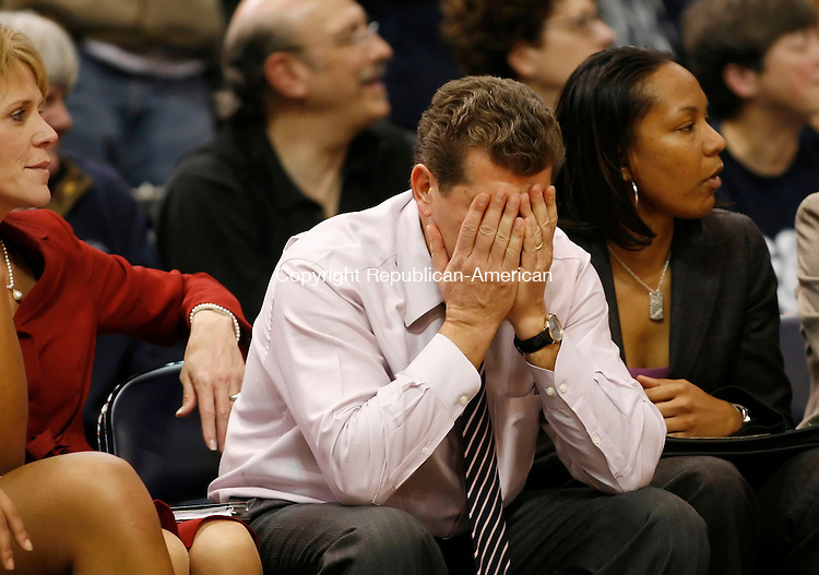 HARTFORD, CT, 01/06/07- 010607BZ02- UConn head coach Geno Auriemma buries his head in his hands during the final minute of a 70-64 loss to the University of Tennessee at the Hartford Civic Center Saturday.<br /> Jamison C. Bazinet Republican-American
