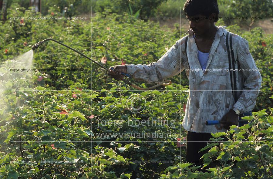 INDIA Madhya Pradesh, organic cotton project Maikaal, extract from leaves and seeds of Neem tree is used as Biopesticide econeem for pestcontrol in organic cotton farm / INDIEN, Einsatz von Niem Biopestiziden der Firma Econeem gegen Baumwollschaedlinge im Maikaal Biobaumwolle Projekt, aus den Samen des Niembaum werden natuerliche Pestizide für die Biolandwirtschaft gewonnen