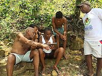 Foto Eric Stoner Conflitos e Pressão no território quilombola de Oriximiná <br /> <br /> As comunidades remanescentes do  quilombo de Oriximiná são formadas por 37 comunidades distribuídas em oito territórios, sendo que quatro deles são titulados, um está parcialmente titulado e três ainda esperam a titulação, sendo que esses últimos se encontram sobrepostos a áreas de conservação, o que dificulta o processo.  <br /> A titulação dessas terras quilombolas tem sido extremamente lenta, estando tramitando no INCRA e ITERPA desde inicio dos anos 2000. Existe no momento uma expectativa que isso mude, uma vez que em Fevereiro de 2015 o Tribunal Regional Federal da 1a Região em Santarém deu um prazo de 2 anos para que o governo federal conclua a titulação das terras do Alto Trombetas e em Maio de 2016 o TRF-1 confirmou essa decisão. No entanto, até Setembro de 2016 o cenário continua o mesmo.