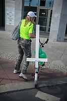 """Proteste linker und feministischer Gruppen gegen den Aufmarsch von ca. 3.500 rechtskonservativen Lebensschuetzern, welche mit einem """"Marsch fuer das Leben"""" gegen Frauenrechte, gegen das Recht auf Abtreibung und Sterbehilfe durch Berlin demonstrierten.<br /> Es kam zu Versuchen der rechten Aufmarsch zu blockieren.<br /> Im Bild: Eine Gegendemonstrantin mit einem der von den Lebensschuetzern verteilten Kreuze.<br /> 22.9.2018, Berlin<br /> Copyright: Christian-Ditsch.de<br /> [Inhaltsveraendernde Manipulation des Fotos nur nach ausdruecklicher Genehmigung des Fotografen. Vereinbarungen ueber Abtretung von Persoenlichkeitsrechten/Model Release der abgebildeten Person/Personen liegen nicht vor. NO MODEL RELEASE! Nur fuer Redaktionelle Zwecke. Don't publish without copyright Christian-Ditsch.de, Veroeffentlichung nur mit Fotografennennung, sowie gegen Honorar, MwSt. und Beleg. Konto: I N G - D i B a, IBAN DE58500105175400192269, BIC INGDDEFFXXX, Kontakt: post@christian-ditsch.de<br /> Bei der Bearbeitung der Dateiinformationen darf die Urheberkennzeichnung in den EXIF- und  IPTC-Daten nicht entfernt werden, diese sind in digitalen Medien nach §95c UrhG rechtlich geschuetzt. Der Urhebervermerk wird gemaess §13 UrhG verlangt.]"""
