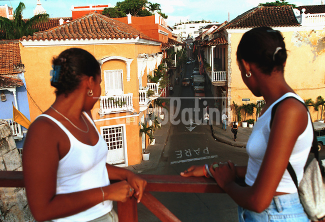 Ciudad antigua de Cartagena de Indias.+ turismo, mujer,  *Cartagena de Indias, the most important tourist atraction of Colombia, on the Caribbean sea +tourism, woman, black *La ville de Cartagena de Indias. +femmes, tourisme, urbanisme