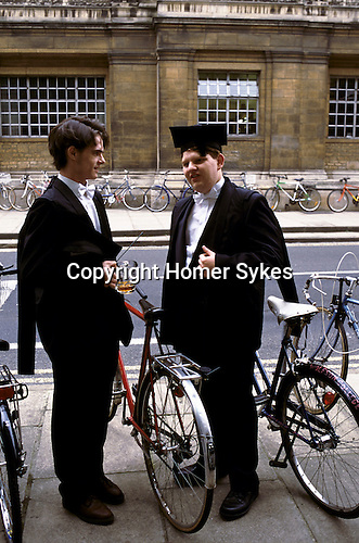 'OXFORD UNIVERSITY' 1995, AFTER MATRICULATION,STUDENTS HAVE A CELEBRATORY DRINK IN THE KINGS ARMS, OXFORD, 1995