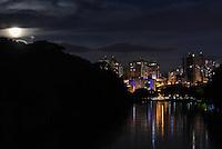 PIRACICABA,SP, 14.11.2016 - SUPER-LUA. A Super Lua vista do skyline da cidade de Piracicaba, interior de São Paulo, nesta segunda-feira, 14. ( Foto: Mauricio Bento/ Brazil Photo Press/Folhapress)