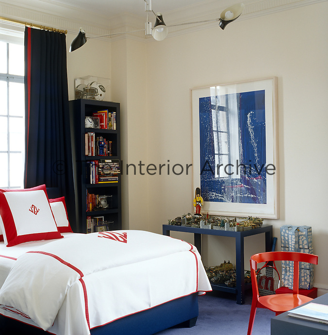 Red and blue is the running theme in this tidy boy's bedroom