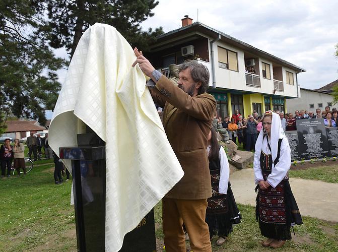 Der Filmregisseur Emir Kusturica enthüllt am 21. April 2014 ein Denkmal für Gavrilo Princip im Dorf Tovarisevo in der nordserbischen Provinz Vojvodina. Der bosnisch-serbische Nationalist Gavrilo Princip beging am 28. Juni 1914 ein Attentat auf den österreichisch-ungarischen Thronfolger, welches indirekt den Ersten Weltkrieg auslöste.