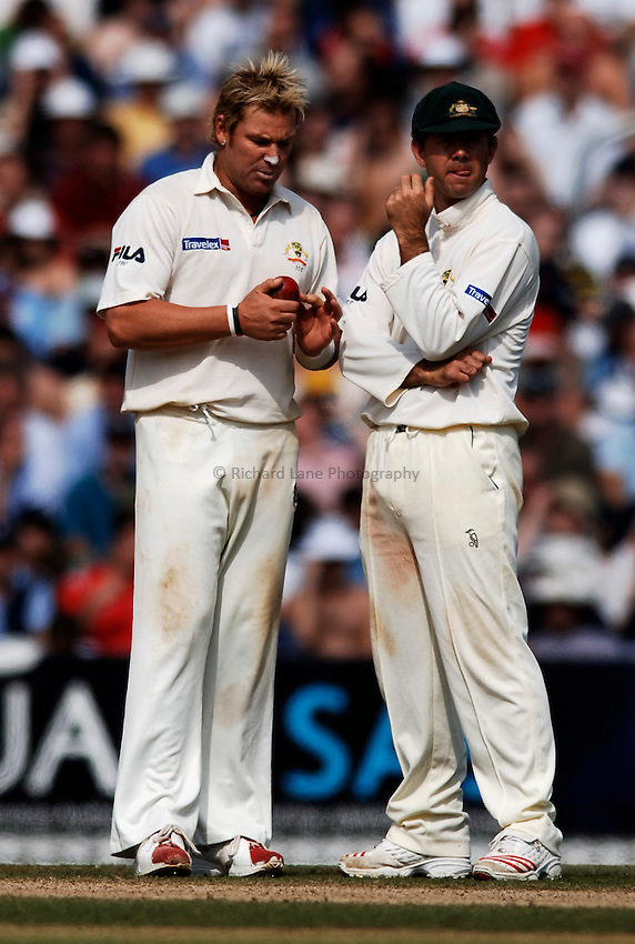 Photo: Glyn Thomas..England v Australia. nPower Test Series. The Ashes 2005..12/09/2005..Australia's Ricky Ponting (R) and Shane Warne discuss tactics.