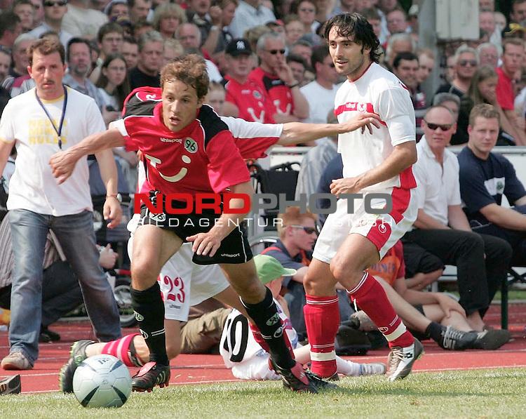 BL 2004/2005 -  Freundschaftsspiel<br /> <br /> Hannover 96- CSKA Sofia<br /> <br /> STEVE CHERUNDOLO VON 96 GEGEN EMIL GARGAROV 23 UND KOSTADIN HAZUROV DURCHGESETZT..<br /> <br /> Foto &not;&copy; nordphoto <br /> <br />  *** Local Caption *** Foto ist honorarpflichtig! zzgl. gesetzl. MwSt.<br />  Belegexemplar erforderlich<br /> Adresse: nordphoto<br /> Georg-Reinke-Strasse 1<br /> 49377 Vechta