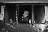 Abfahrt aus Shkodra, Nordalbanien. Der Lokomotivführer grüßt von seiner tschechischen Diesellok T669.