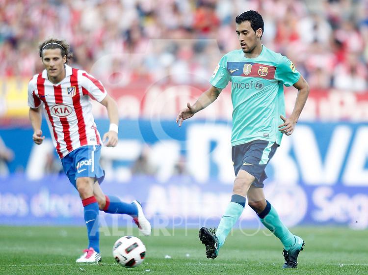 Atletico de Madrid's Diego Forlan against Barcelona's Sergio Busquets during La liga match. September 19, 2010. (ALTERPHOTOS/Alvaro Hernandez).