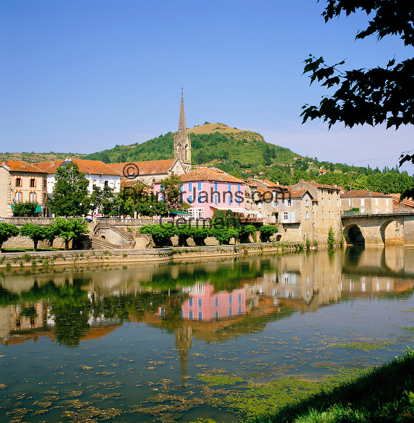France, Midi-Pyrenees, Departement Tarn-et-Garonne, Saint-Antonin-Noble-Val: Village on Banks of Aveyron River   Frankreich, Midi-Pyrénées, Département Tarn-et-Garonne, Saint-Antonin-Noble-Val: Dorf am Ufer des Aveyron