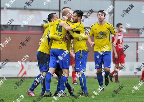 2016-01-31 / voetbal / seizoen 2015-2016 / VC Herentals - De Kempen / Toon Vervoort (nr 10) (De Kempen) heeft zojuist de 0-1 op het bord getrapt en wordt gefeliciteerd door zijn ploegmaats