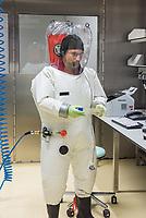 Pressetermin des Robert Koch-Instituts vor der Inbetriebnahme des Hochsicherheitslabors der Schutzstufe S4.<br /> In dem Labor der hoechsten Schutzstufe koennen am Standort Seestra&szlig;e in Berlin-Wedding hochansteckende, lebensbedrohliche Krankheitserreger wie Ebola-, Lassa- oder Nipah-Viren sicher untersucht werden.<br /> Der Betriebsbeginn ist am 31. Juli 2018.<br /> Im Bild: Ein Mitarbeiter des S4-Labor bei der Anaylse von Proben.<br /> ACHTUNG: Sperrfrist der Veroeffentlichung ist bis 25. Juli 2018 9.00 Uhr!<br /> 24.7.2018, Berlin<br /> Copyright: Christian-Ditsch.de<br /> [Inhaltsveraendernde Manipulation des Fotos nur nach ausdruecklicher Genehmigung des Fotografen. Vereinbarungen ueber Abtretung von Persoenlichkeitsrechten/Model Release der abgebildeten Person/Personen liegen nicht vor. NO MODEL RELEASE! Nur fuer Redaktionelle Zwecke. Don't publish without copyright Christian-Ditsch.de, Veroeffentlichung nur mit Fotografennennung, sowie gegen Honorar, MwSt. und Beleg. Konto: I N G - D i B a, IBAN DE58500105175400192269, BIC INGDDEFFXXX, Kontakt: post@christian-ditsch.de<br /> Bei der Bearbeitung der Dateiinformationen darf die Urheberkennzeichnung in den EXIF- und  IPTC-Daten nicht entfernt werden, diese sind in digitalen Medien nach &sect;95c UrhG rechtlich geschuetzt. Der Urhebervermerk wird gemaess &sect;13 UrhG verlangt.]