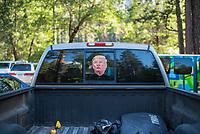 Trum-Aufkleber auf der Heckscheibe eines Pickup im Yosemite National Park.<br /> 3.6.2017, Yosemite National Park<br /> Copyright: Christian-Ditsch.de<br /> [Inhaltsveraendernde Manipulation des Fotos nur nach ausdruecklicher Genehmigung des Fotografen. Vereinbarungen ueber Abtretung von Persoenlichkeitsrechten/Model Release der abgebildeten Person/Personen liegen nicht vor. NO MODEL RELEASE! Nur fuer Redaktionelle Zwecke. Don't publish without copyright Christian-Ditsch.de, Veroeffentlichung nur mit Fotografennennung, sowie gegen Honorar, MwSt. und Beleg. Konto: I N G - D i B a, IBAN DE58500105175400192269, BIC INGDDEFFXXX, Kontakt: post@christian-ditsch.de<br /> Bei der Bearbeitung der Dateiinformationen darf die Urheberkennzeichnung in den EXIF- und  IPTC-Daten nicht entfernt werden, diese sind in digitalen Medien nach §95c UrhG rechtlich geschuetzt. Der Urhebervermerk wird gemaess §13 UrhG verlangt.]