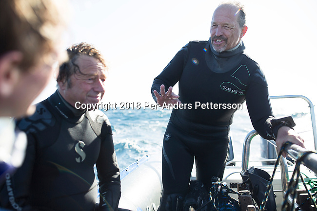 MARGATE, SOUTH AFRICA APRIL 25: Shark expert and biologist Erich Ritter (r) talks to other divers in a boat during a diving excursion, with an African Adventure diving boat, during an early morning dive at Protea Banks on April 25, 2018 in KwaZulu Natal, South Africa. The area is one of the best in South Africa for shark encounters. (Photo by: Per-Anders Pettersson/Getty Images)