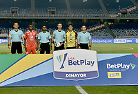CALI - COLOMBIA, 25-01-2020: Oscar Gomez, arbitro, Luis Paz del América y Cesar Arias de Alianza previo al partido entre América de Cali y Alianza Petrolera por la final vuelta, de la Liga Águila II 2018 jugado en el estadio Pascual Guerrero de la ciudad de Cali. / Oscar Gomez, referee, Luis Paz of América and Cesar Arias of Alianza prior a match for the for the date 1 as part of BetPlay DIMAYOR League I 2020 between America de Cali and Alianza Petrolera played at Pascual Guerrero stadium in Cali. Photo: VizzorImage / Gabriel Aponte / Staff