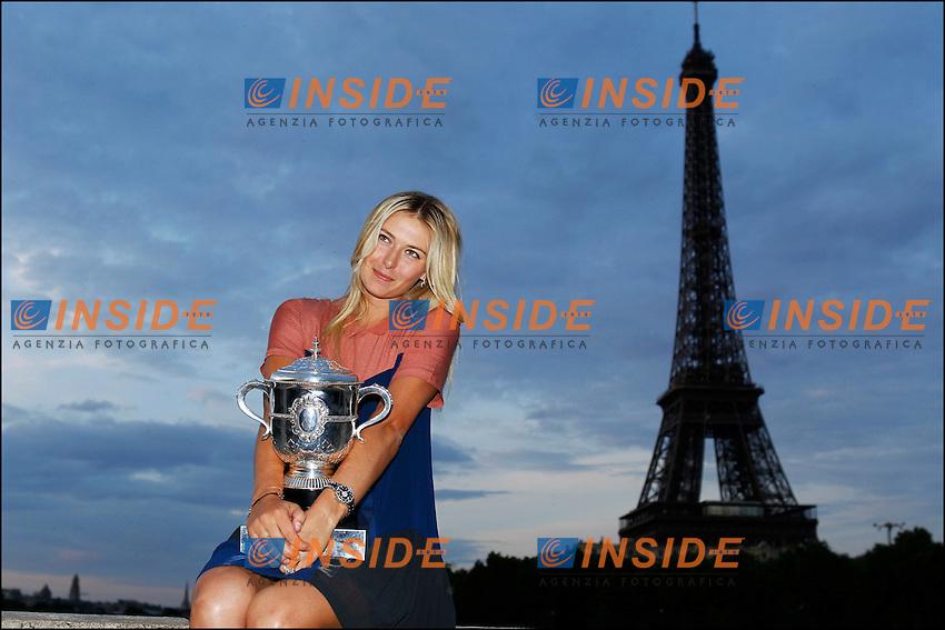 Maria Sharapova Russia.Vincitrice dell'edizione 2012 del torneo di tennis del Roland Garros in posa con la coppa e sullo sfondo la Tour Eiffel.Parigi 9/6/2012.Foto Insidefoto / Gwendoline Le Goff / Panoramic.Italy Only
