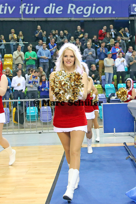 Skyliners Dance Team als Nikoläuse - Fraport Skyliners vs. New Yorker Phantoms Braunschweig, Fraport Arena Frankfurt