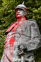 GERMANY, Hamburg, black lives matter movement, statue of Otto von Bismarck, chancellor of German Empire, smeared with red paint as protest against german colonial crime and racism, Bismarck has invited 1884/85 for the congo conference in Berlin, where africa was split up to the european colonial powers / DEUTSCHLAND, Hamburg Altona, aus Protest gegen deutsche Kolonialverbrechen und Rassismus mit Farbe beschmierte Statue des Reichskanzler Otto von Bismarck, Bismarck hat 1884/85 in Berlin zur Kongokonferenz zur Aufteilung Afrikas in Kolonien eingeladen
