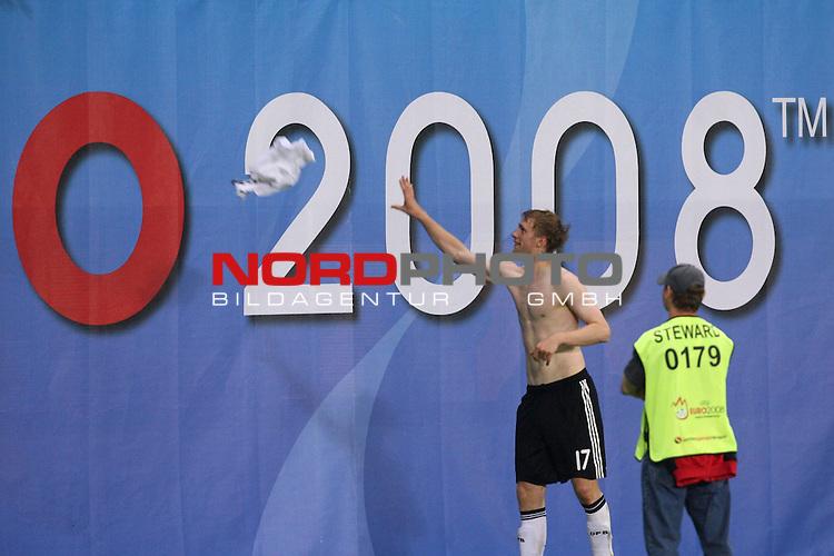 UEFA Euro 2008 Group B Match 20 Wien - Ernst-Happel-Stadion. &Ouml;sterreich ( AUT ) - Deutschland ( GER ) 1:0. <br /> Per Mertesacker ( Germany / Verteidiger / Defender / Werder Bremen #17 ) wirft sein Trikot nach Spielschlu&szlig; &uuml;ber die Bande mit dem Schriftzug &quot;2008&quot;.<br /> Foto &copy; nph (  nordphoto  )