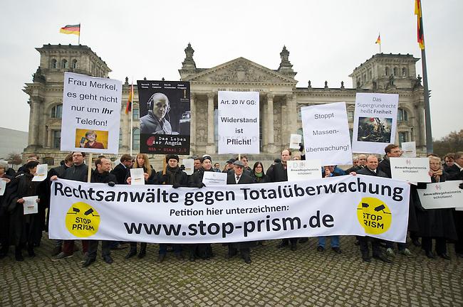 In Solidaritaet mit dem Whistleblower Edward Snowden und gegen die Ueberwachung veranstalteten die Organisationen &quot;Rechtsanwaelte gegen Totalueberwachung&quot; und campact vor dem Reichstag eine Kundgebung.<br />Sie forderten ein Ende der digitalen Ueberwachung und Asyl fuer Snowden in Deutschland.<br />18.11.2013, Berlin<br />Copyright: Christian-Ditsch.de<br />[Inhaltsveraendernde Manipulation des Fotos nur nach ausdruecklicher Genehmigung des Fotografen. Vereinbarungen ueber Abtretung von Persoenlichkeitsrechten/Model Release der abgebildeten Person/Personen liegen nicht vor. NO MODEL RELEASE! Don't publish without copyright Christian-Ditsch.de, Veroeffentlichung nur mit Fotografennennung, sowie gegen Honorar, MwSt. und Beleg. Konto:, I N G - D i B a, IBAN DE58500105175400192269, BIC INGDDEFFXXX, Kontakt: post@christian-ditsch.de<br />Urhebervermerk wird gemaess Paragraph 13 UHG verlangt.]