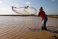 Vaqueiro lança rede em lago no Marajó