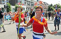 Nederland  Nijmegen  2016. De Vierdaagse van Nijmegen.Via Gladiola. Twee vrouwen in Nederlands tenue zijn op weg naar de tribune waar Koning Willem-Alexander staat.  Foto Berlinda van Dam / Hollandse Hoogte