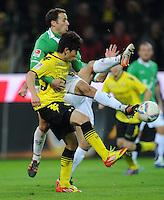 FUSSBALL   1. BUNDESLIGA   SAISON 2011/2012   23. SPIELTAG Borussia Dortmund - Hannover 96                        26.02.2012 Steven Cherundolo (Hannover 96) verteidigt 4 Beinig gegen Shinji Kagawa (Borussia Dortmund)