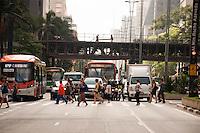 SÃO PAULO-SP-1.12.2014-TRÂNSITO SÃO PAULO- O Paulistano não enfrenta trânsito na Avenida Paulista.Região centro sul da cidade de São Paulo no fim da manhã dessa segunda-feira,01.(Foto:Kevin David/Brazil Photo Press
