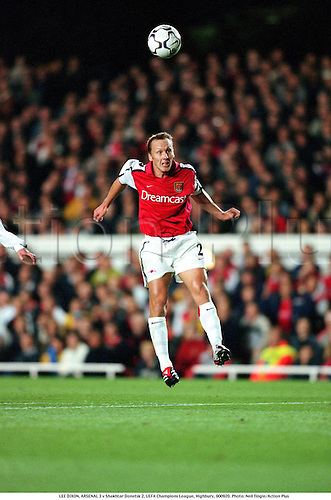 LEE DIXON, ARSENAL 3 v Shakhtar Donetsk 2, UEFA Champions League, Highbury, 000920. Photo: Neil Tingle/Action Plus...2000.soccer.premiership premier league.club clubs.header headers.football