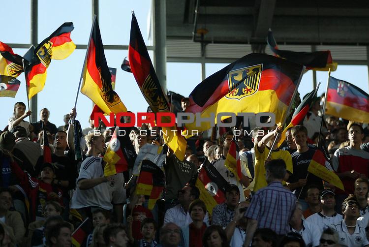 Fussball Laenderspiel EM-Vorbereitung Deutschland vs Ungarn 0:2<br /> <br /> Deutsche Fand vor dem Spiel <br /> <br /> Foto &copy; nordphoto/Guenter Schroeder  *** Local Caption *** Foto ist honorarpflichtig! zzgl. gesetzl. MwSt<br /> Belegexemplar erforderlich<br /> Adresse: nordphoto<br /> Georg-Reinke-Strasse 1<br /> 49377 Vechta