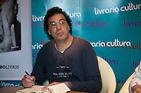 """***FOTO ARQUIVO*** SÃO PAULO, SP, 09.04.2013 - CASAGRANDE-INTERNAÇÃO - Walter Casagrande Júnior, 52 anos, sofreu um infarto na manhã desta sexta-feira e está internado na Unidade de Terapia Intensiva (UTI) do hospital Total Cor, em São Paulo. Na foto de 09/04/2013 - O ex jogador de futebol Walter Casagrande durante de noite de autografos do livro """"Casagrande e seus demonios"""" na Livraria Cultura do Conjunto Nacional . (Foto: Adriana Spaca/Brazil Photo Press)"""