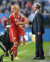 FUSSBALL   1. BUNDESLIGA  SAISON 2012/2013   4. Spieltag FC Schalke 04 - FC Bayern Muenchen      22.09.2012 Arjen Robben wird von Trainer Jupp Heynckes (FC Bayern Muenchen) ausgewechselt