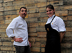 La Chef mejicana Amanecer Ramirez (D) junto a Jordi Roca (I) del Restaurante El Celler de Can Roca