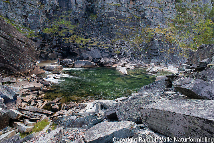 Laksefisker i Kvænangselva i Troms. ----- Angler in Kvænangselva.