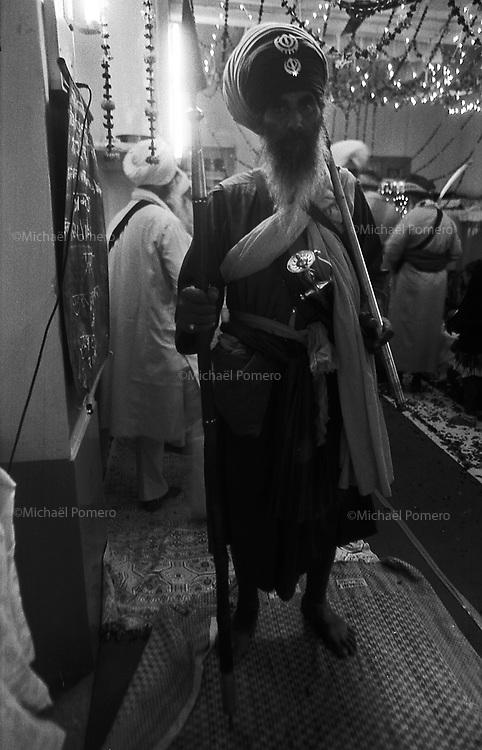 11.2010 Bundi (Rajasthan)<br /> <br /> Temple guard(monk) during sikh festival of guru Nanak.<br /> <br /> Guardien du temple(moine) pendant la f&ecirc;te sikh de guru Nanak.