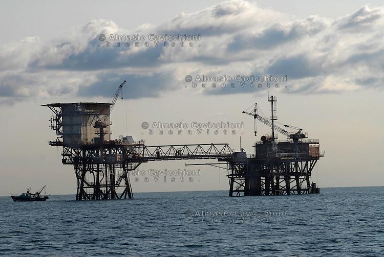 Italia - Mare Adriatico al largo di Ravenna, piattaforme per l'estrazione di gas naturale.Italy - Adriatic sea off the coast of Ravenna, platforms for the extraction of natural gas...