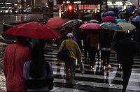 SAO PAULO, 01 DE JUNHO DE 2012 - CLIMA TEMPO SP - Fim de tarde desta sexta feira com queda de temperatura e garoa na Avendia Paulista, regiao central da capital. FOTO: ALEXANDRE MOREIRA - BRAZIL PHOTO PRESS