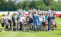 Aufbau des Teamfotos - 05.06.2018: Training der Deutschen Nationalmannschaft zur WM-Vorbereitung in der Sportzone Rungg in Eppan/Südtirol
