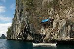 Parc naturel d'El Nido au nord ouest de l'île de Palawan célèbres pour ses falaises de calcaires et ses fonds sous marins. Philippines.Chasseurs de nids d'hirondelles dormant dans les falaises