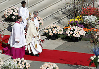 Papa Francesco celebra la messa di Pasqua in Piazza San Pietro, Citta' del Vaticano, 27 marzo 2016.<br /> Pope Francis celebrates the Easter Mass in St. Peter's Square, Vatican, 27 March 2016.<br /> UPDATE IMAGES PRESS/Isabella Bonotto<br /> <br /> STRICTLY ONLY FOR EDITORIAL USE<br /> <br /> *** ITALY AND GERMANY OUT ***
