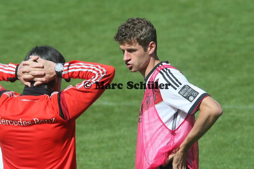 Bundestrainer Joachim Löw mit Thomas Müller - Training der Deutschen Nationalmannschaft  zur WM-Vorbereitung in St. Martin