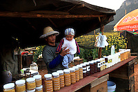 Les apiculteurs vivent en famille dans leur tente aménagée et voyage de floraison en floraison pendant huit mois de l'année du Sud au Nord du pays traversant de nombreuses provinces.///The beekeepers live with their families in their tents and travel from one flowering to another for eight months out of the year from south to north, crossing many provinces.