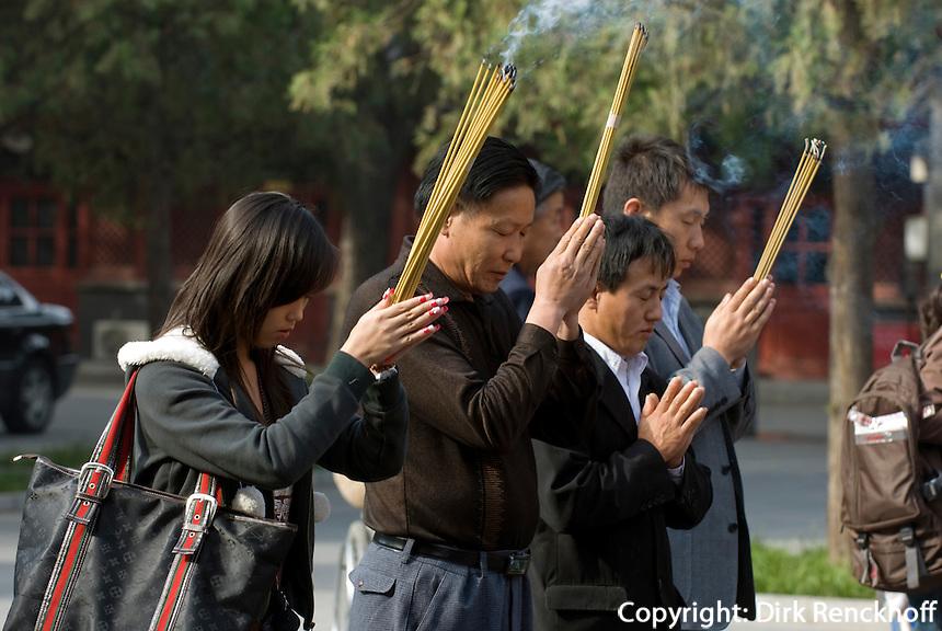 Lama-Tempel (Yonghe Gong), Verbrennen von Räucherstäbchen vor der ersten Halle Lokapala, Peking (Beijing), China