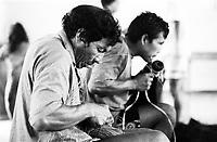 Mãos habilidosas para trabalho produzido por Índios Werekena no alto rio Xié, com fibras de piaçaba(Leopoldínia píassaba Wall). A fibra , um dos principais produtos geradores de renda na região é coletada de forma rudimentar. Até hoje é utilizada na fabricação de cordas para embarcações, chapéus, artesanato e principalmente vassouras, que são vendidas em várias regiões do país.<br />Alto rio Xié, fronteira do Brasil com a Colômbia a cerca de 1.000Km oeste de Manaus.<br />06/06/2002.<br />Foto: Paulo Santos/Interfoto Expedição Werekena do Xié<br /> <br /> Os índios Baré e Werekena (ou Warekena) vivem principalmente ao longo do Rio Xié e alto curso do Rio Negro, para onde grande parte deles migrou compulsoriamente em razão do contato com os não-índios, cuja história foi marcada pela violência e a exploração do trabalho extrativista. Oriundos da família lingüística aruak, hoje falam uma língua franca, o nheengatu, difundida pelos carmelitas no período colonial. Integram a área cultural conhecida como Noroeste Amazônico. (ISA)