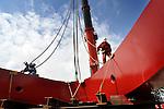 UTRECHT - In Utrecht wordt de 110 ton zware balans in de takels geplaatst voor de opbouw van de Rode Brug.  In opdracht van de gemeente zijn het wegdek en deze balans van de Rode Brug maandagavond vanaf de Industriehaven op Lage Weide, naar de Marnixbrug getransporteerd waar de val(wegdek) op een ponton is gezet en de balans per vrachtwagen is doorgereden. De nieuwe door bouwcombinatie Ippel-Jansen Venneboer gebouwde brug vervangt de uit 1890 daterende Rode Brug over de Vecht, en wordt niet alleen breder maar ook moderner vormgegeven. Om het verkeer niet teveel te hinderen zijn de 40 ton zware val en de 100 ton zware rode balans 's avonds vervoerd waarbij diverse lantaarnpalen en verkeerslichten even verwijderd moesten worden om het tien meter brede transport mogelijk te maken. De opbouw van de brug is dinsdag begonnen. COPYRIGHT TON BORSBOOM