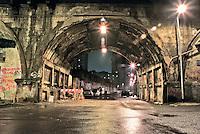 Milano, notte. Quartiere Greco, periferia nord, via Watteau. Il ponte della ferrovia --- Milan, night. Greco district, north periphery, Watteau street. The railway bridge