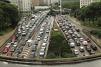 SAO PAULO, SP, 08 MARCO 2013 - TRANSITO EM SAO PAULO - Apos forte chuva o transito encontra-se completamente engarrafado nos dois sentidos no final da 23 de maio com a entrada do tunel do Anhangabau na regiao central da cidade nesta sexta 08. (FOTO: LEVY RIBEIRO / BRAZIL PHOTO PRESS)