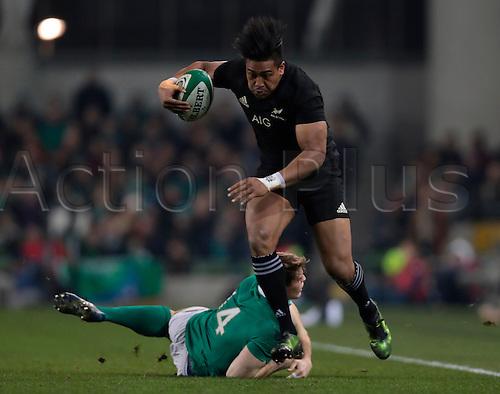 19.11.2016. Aviva Stadium, Dublin, Ireland. Guinness Autumn International Rugby. Ireland versus New Zealand.<br /> Julian Savea (New Zealand) cuts inside after getting by the tackle of Andrew Trimble (Ireland).