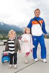 19.05.2010, Flughafen, Innsbruck, AUT, FIFA Worldcup Vorbereitung, Ankunft der Hollaendischen Nationalmannschaft, im Bild .Dirk Kuijt ( FC liverpool ) mit Sohn und Tochter, EXPA Pictures © 2010, PhotoCredit: EXPA/ J. Groder